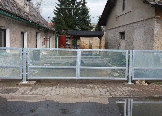 Dvoukřídlá brány se vstupní brankou a plotovým dílem