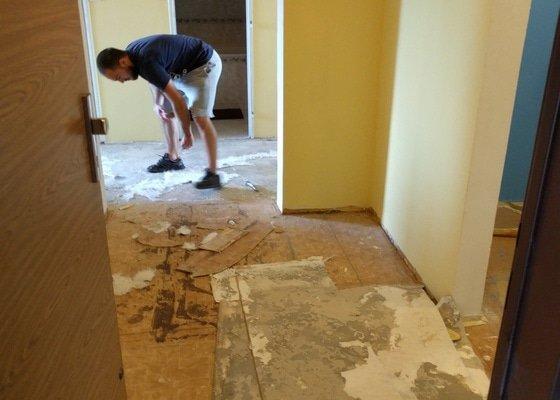 Chodba v panelákovém bytě - podlaha