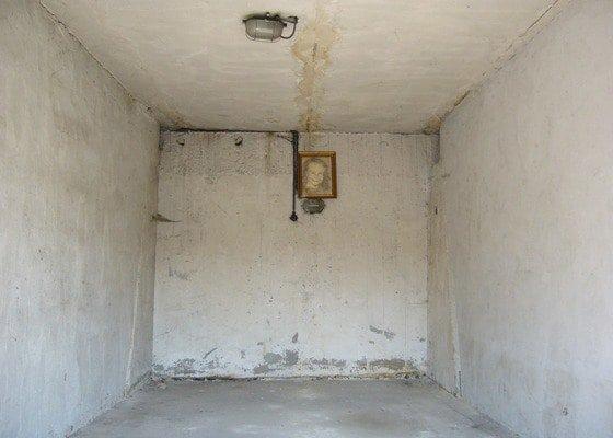 Rekonstrukce staré řadové garáže (omítky + podlaha)
