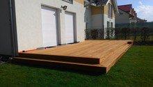 Dřevěná terasa a obložení kruhového sezení
