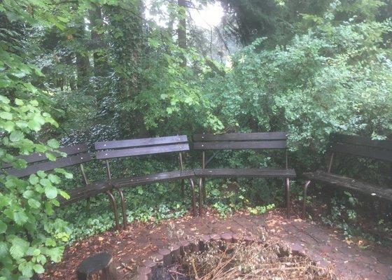 Nátěr plotu, laviček a střešního štítu.