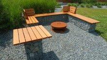 Dřevěné prvky k zahradnímu posezení z gabionů