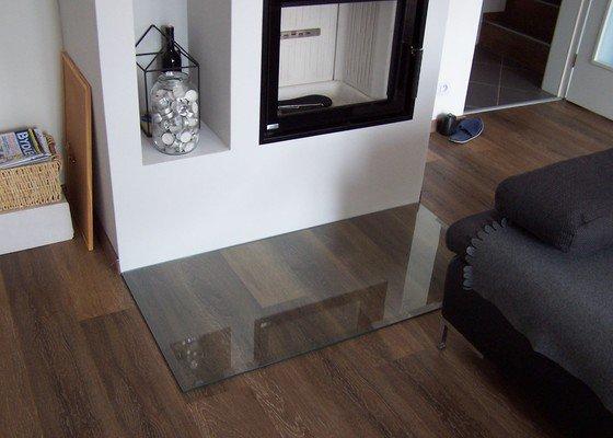 Skleněný obklad kuchyňské linky + sklo před krb