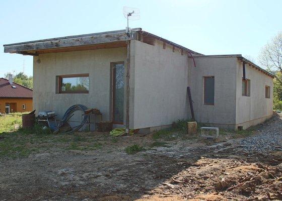 Klempíř - instalace okapů do připravených háků na bungalovu