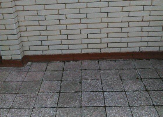 Zatéká přes balkon(terasu) na obytnou část