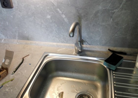 Připojení vodovodní baterie a odpadu ke kuchyňskému dřezu