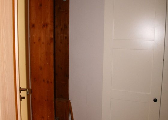 Zhotovení regálů na míru v panelákovém bytě