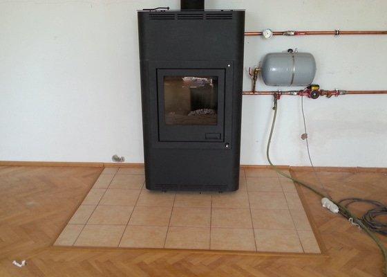 Pokládka dlažby mezi parketovou podlahu pod krbová kamna a oklad kuchyňské linky