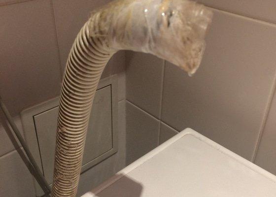 Spojit vypousteci hadici od pracky s ventilem viz foto