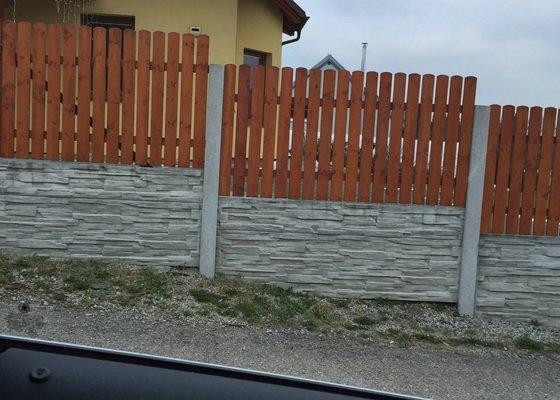 Montáž betonového plotu s výplní dřeva