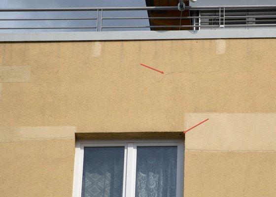 Zacelení spár ve fasádě bytového domu