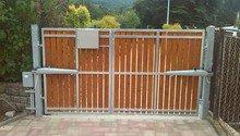 Dvoukřídlá brána.
