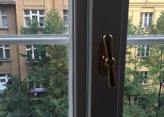Oprava dřevěného okna - nefunkční klička