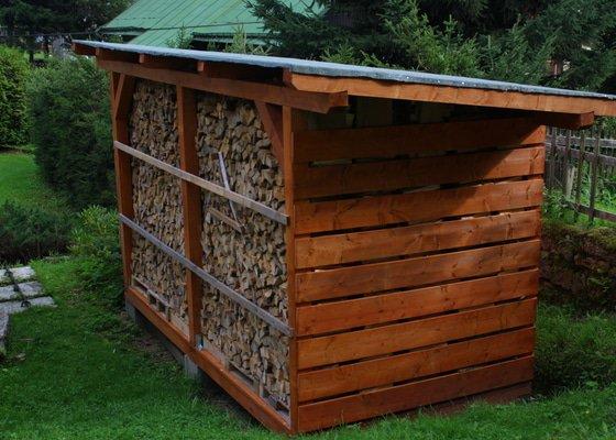 Dodání a postavení přístřešku na dřevo