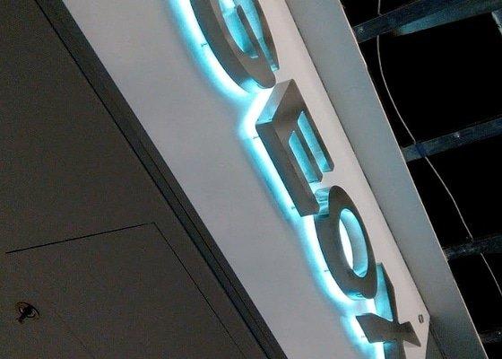 Podsvícené nerezové logo - označení provozovny