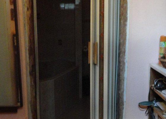 Výrobu dřevěných obložek a osazení staších dveří.