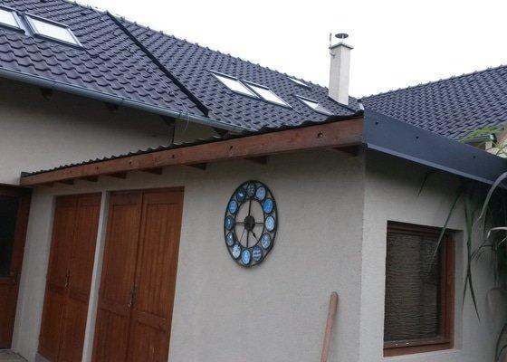 Zahradni domek potřebuje oplechovani zepředu, ve stejne barvě ako má bok domečku