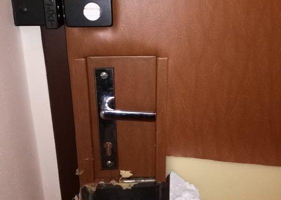 Přečalounění vnitřní strany vchodových dveří do bytu