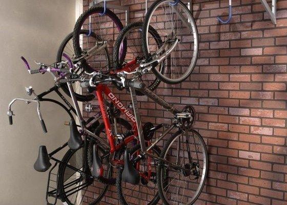 Montáž držáku na kola v kolárně bytového domu