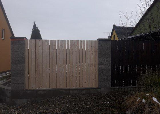Zbourání zděného zahradního domku, oprava zděného plotu, oprava podbití střechy, dodělání střechy dřevníků