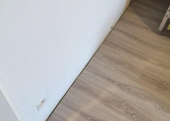 Přilepení podlahových lišt po obvodu místnosti