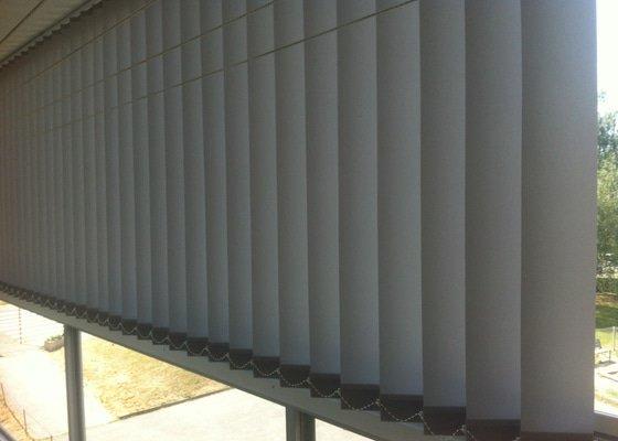 Zastínění balkonu vertikální žaluzií s reflexní látkou Melvin kterou slunce neprosvítí.