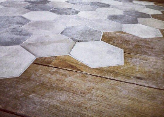 Oříznutí dřevěné podlahy, odstranění staré dřevěné podlahy, vyrovnání podlahy, položení dlažby k dřevěné podlaze
