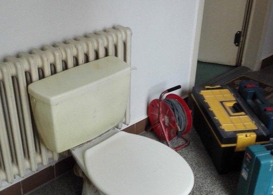Výměna záchodové mísy včetně splachovací armatury