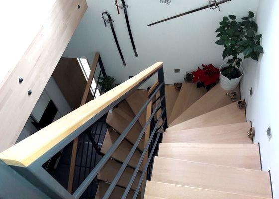 Interierové schodiště, kov a dřevo