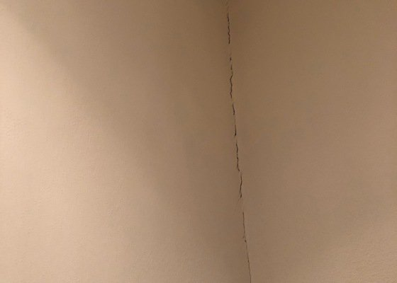 Výměna systému závěsného WC, oprava dlažby na WC a v komoře a vymalování WC