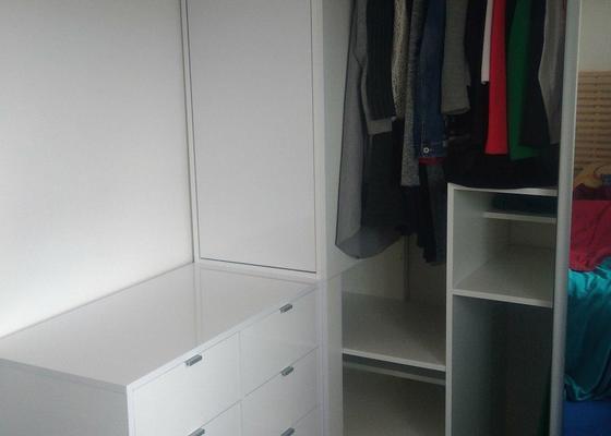 Atypická vestavná skříň s komodou