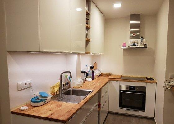 Betonova sterka za kuchynskou linku
