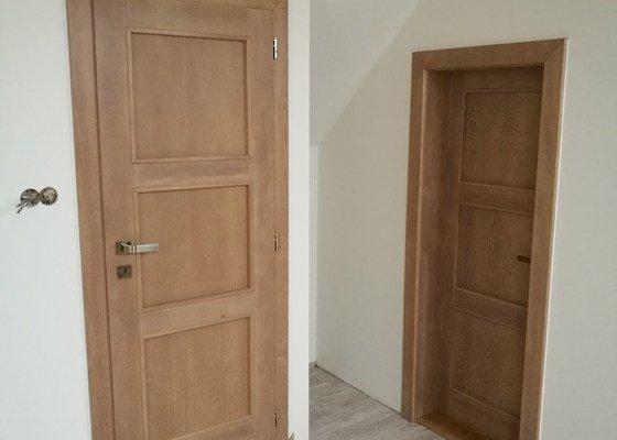 Dřevěné dveře, dřevěné schodiště
