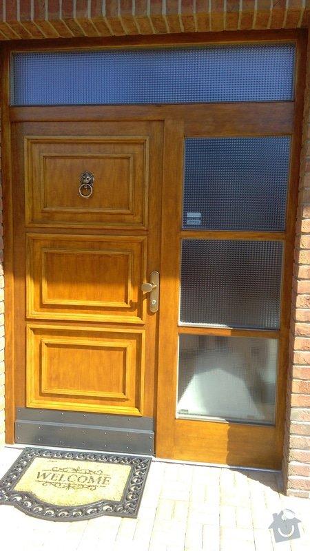 Repase dřevěných vchodových dveří u rodinného domu. Jedná se o 10 ket staré dveře. Chtěla bych je popř. vylepšit i designově. Děkuji: Celkový pohled na dokončenou práci  - renovace vstup. dveří.
