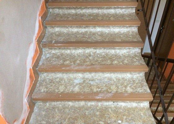 Pokládka PVC hran u schodiště