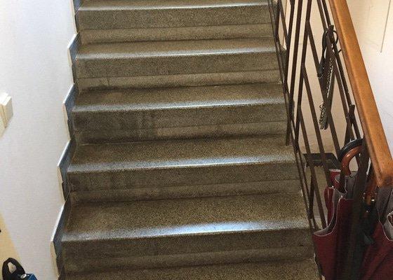 Oprava podlahy na chodbě + renovace schodiště (lité teraco)