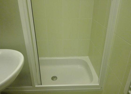 Oprava dlaždiček a nový silikon kolem vany