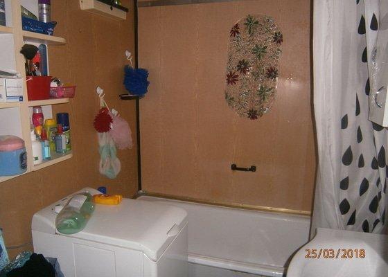 Přestavba koupelny,výměna podlahy a dveří