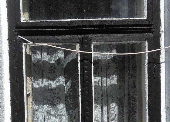 Nova okna dřevěná 14 ks 90 x 130 (šx v)  do 2/3 dvoukřídla, v horní 1/3 vyklápěcí a panty nahoře