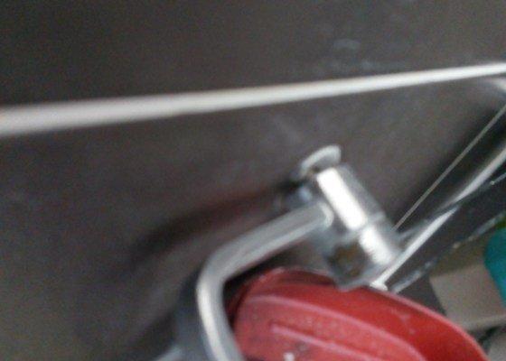 Oprava zavíracího mechanismu - dvířka u kuchyňské linky; oprava upevnění košíku na mycí prostředky ve sprchovém koutě