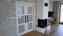Nová dřevěná podlaha, dveře, obklad stěny