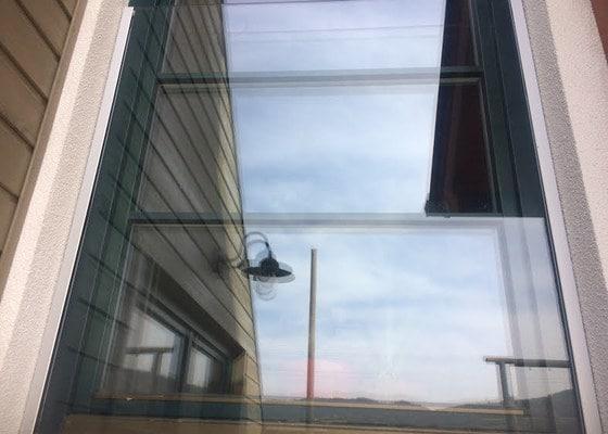 Skleněné zábradlí před balkonové dveře