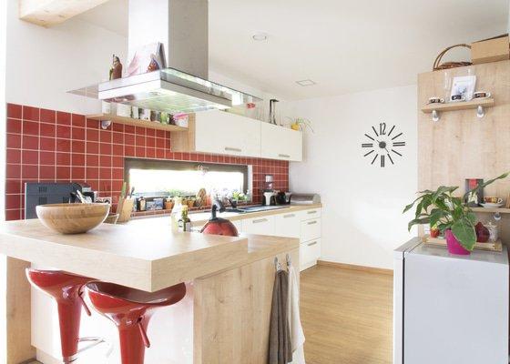 Šikovná pekařka si udělala radost kuchyní s dekorem bílé a dřeva