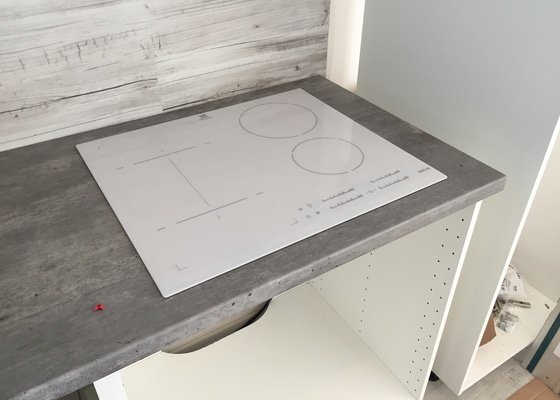 Frézovaný rohový spoj kuchyňské desky IKEA + výřez na dřez a varnou desku