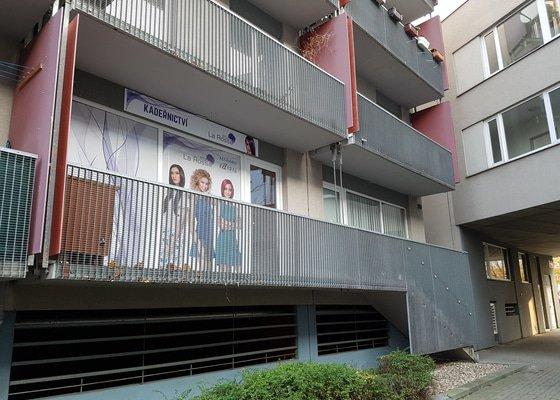 Montáž vrátek nad schody, na podestě u vchodu do bytu