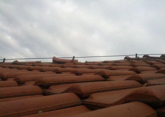 Oprava střechy - několik spadlých hřebenových tašek
