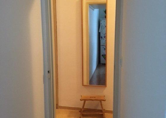 Vybourání futer dveří a zarovnání zdi, vymlácení kachlí za kuchyňskou linkou a zapravení omítky