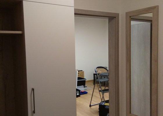 Vybavení bytu,  nábytkem na míru a kuchyňkou linkou.