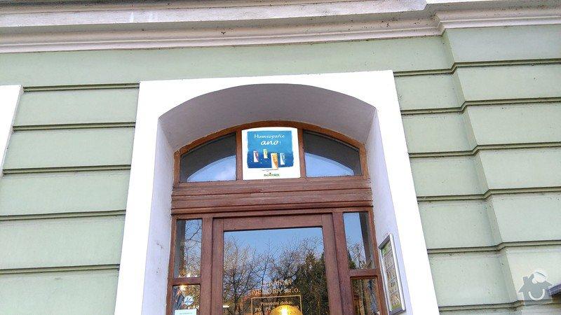 Polep plakátů v lékárně Menora_Plzeň: polep_okénko