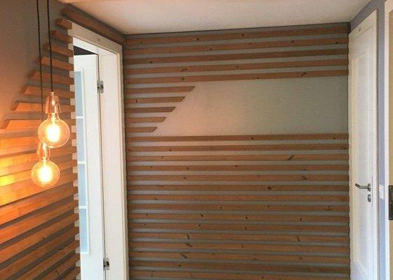 Odstranění mechu a dřevěných lišt ze stěny